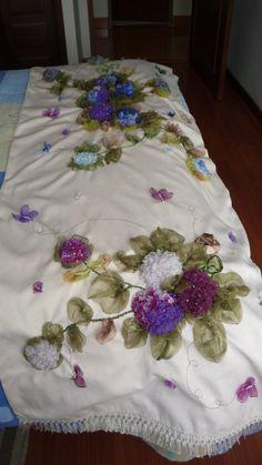 Pie de cama bordado en cinta ramilletes de hortensias .