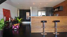 Cozinhas americanas bem planejadas otimizam o espaço e complementam a decoração