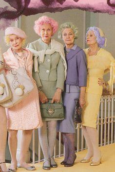 Senhoras modernas de cabelos coloridos;