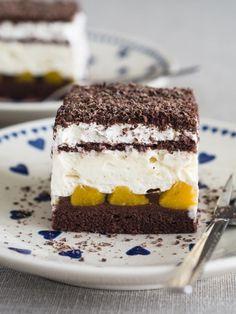 Mam dziś dla Was przepis na pyszne, rodzinne ciasto. Delikatny biszkopt, krem chałwowy i brzoskwinie składają się na słodką, ale nieprzesłodzoną całość. Polecam na rodzinne uroczystości, przyjęcia ze znajomymi i wiele innych okazji. :)