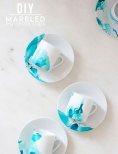 DIY Marbled Espresso Cups & Saucers  Nagellak in warm water, het kopje erindopen, drogen en klaar!