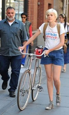 Agyness Deyn with a bicycle. Still so chic!