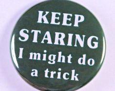 Halten Sie starrte ich vielleicht tun A Trick - Pinback Button Badge 1 1/2 Zoll - Flatback Magnet oder Schlüsselbund
