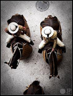 Vista aérea de un par de #Picadores en el callejón de entrada al #ElRuedoDeLaPlazaDeToro es #CrónicaTaurina