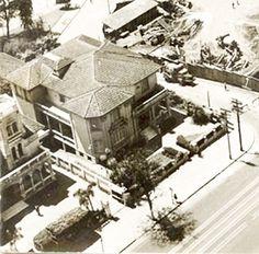 A casa do Sr. Assad Abdall, que ficava ao lado do MASP. Nesta foto, vemos a Rua Plínio Figueiredo e ao lado a construção do museu.