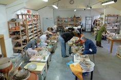 Creativiteit, vormgeving en eigenheid staan centraal. Bij Keramika kan je leren draaien, opbouwen, met kleiplaten werken, decoreren en glazuren. We exploreren verschillende technieken om te bakken: steengoed, raku en aardewerk. Alle docenten zijn draaiers en hebben een brede ervaring in de verschillende technieken. We beschikken over 10 draaischijven.