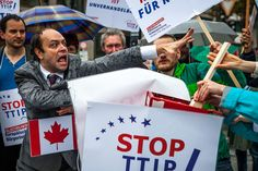 Tafta, Tisa, Ceta : ces accords de libre-échange sont négociés en toute opacité entre le Canada, les États-Unis et l'Union Européenne, et d'autres pays industrialisés. Ils remettent pourtant en cause nos protections sociales, notre droit du travail, nos...