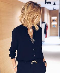 Shirt and pants, not mad at the jewelry - Black Haircut Styles Mode Outfits, Casual Outfits, Fashion Outfits, Womens Fashion, Ladies Fashion, Winter Outfits, Black Haircut Styles, Short Hair Styles, Outfit Trends