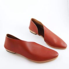 Like cool leather socks with soles, soft built shoes, comfort shoes Im proud to wear ~ if this intrigues you, read on....  Modern shoes handcrafted