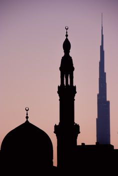 Jumeira Mosque in Dubai, with Burj Khalifa in the Background (UAE). #Travel #Holidays