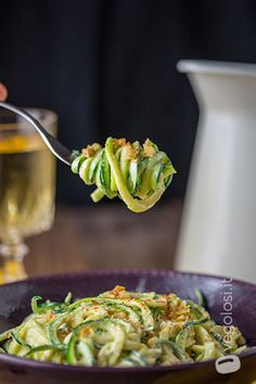 Raw zucchini spaghetti with curry cream - Raw recipe - Vegolosi.it , Raw Food Recipes, Pasta Recipes, Healthy Recipes, Vegan Dishes, Tasty Dishes, Vegetarian Cooking, Vegetarian Recipes, Cena Light, Eating Light