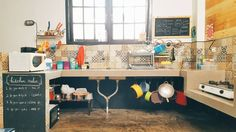 Dapur kotor yang kotor  hehehe  Baik saya maupun suami gak ada yang jago masak. Jadi dapur seadanya dengan peralatan seadanya :p hahahaha  Anw kolong meja dapur itu sengaja gak kita kasi pintu karna kalau dikasi pintu - let's say alumunium - itu akan jadi area yang lembap. Area lembap adalah tempat favorit kecoa. And I hate Cockroach !   #homepiness #kitchen #industrial #dapur #homedecor #homedecoration #homedesign #instahome #instadecor #instainterior #homedesign #interior#interiordesign…