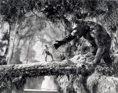 King Kong 1933 - A publicity photo taken for LIFE magazine that year nicely show's the detailed miniatures, puppets and Mario Larrinaga glass art in wooden frame beyond. Cool Monsters, Famous Monsters, Classic Monsters, King Kong Skull Island, King Kong 1933, King Kong Vs Godzilla, Giant Monster Movies, Romantic Comedy Movies, Merian