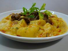Jó krumpliból, paprikás rántással, tejföllel Thai Red Curry, Ethnic Recipes, Food, Red Peppers, Hoods, Meals