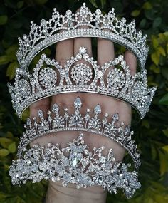 Limmagine può contenere: una o più persone Headpiece Jewelry, Hair Jewelry, Fashion Jewelry, Royal Tiaras, Tiaras And Crowns, Bridal Crown, Bridal Tiara, Royal Jewelry, Cute Jewelry