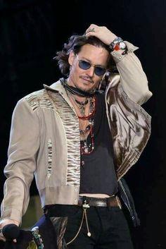 Johnny Depp I like his glasses in this shot Marlon Brando, Beautiful Men, Beautiful People, The Hollywood Vampires, Here's Johnny, The Lone Ranger, Tim Burton, Best Actor, American Actors