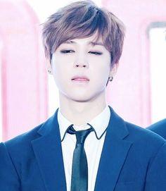 BTS | JIMIN isso não vale !!! Esse joguinho de olhar pra cima de mim não funciona !! ((mentira funciona sim !!)) te amo ♡.♡
