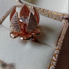 the beautiful flower bloom ring , unique idea Antique Jewellery Designs, Gold Ring Designs, Fancy Jewellery, Gold Rings Jewelry, Jewelry Design Earrings, Gold Earrings Designs, Gold Jewellery Design, Silver Rings, Indian Jewelry Sets