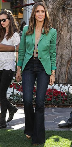 Jeans escuros e sem lavagem. O modelo bootcut ou o flare são os mais democráticos porque ficam bem em quase todas as mulheres. O cós não deve ser muito alto e nem muito baixo, não pode apertar nenhuma gordurinha. O tom mais escuro é perfeito para o dia que tiver que vestir um look informal só que mais arrumado.