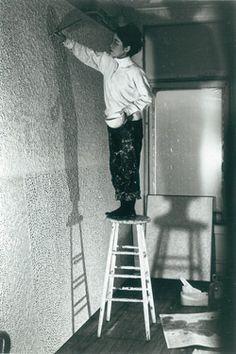 Yayoi Kusama in her New York studio, circa 1961 (image from Ota Fine Arts, Tokyo) Yayoi Kusama, Andy Warhol, Artist Art, Artist At Work, Psychedelic Colors, New York Studio, Feminist Art, Japanese Artists, Famous Artists