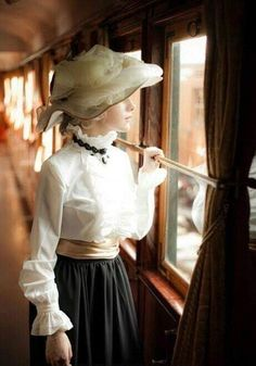 This image makes me think of FOREVER MINE. Victoria had to ride the train by herself back to Brentwood Park when she fought so bitterly with Nicholas. Victorian Women, Edwardian Era, Edwardian Fashion, Victorian Era, Vintage Fashion, Vintage Beauty, Gothic Fashion, Style Édouardien, Outfits Mujer