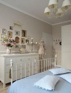 Romantik Yatak Odası vintage : Romantic Bedroom is vintage Cute Dorm Rooms, Cool Rooms, Master Bedroom, Bedroom Decor, Bedroom Ideas, Single Bedroom, Ikea Bedroom, Farmhouse Side Table, Pink Pillows