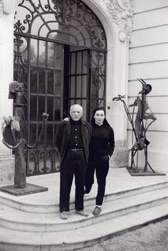 Jacqueline and Picasso on front steps of Villa La Californie in Cannes, France. February (via David Douglas Duncan) Henri Rousseau, Henri Matisse, Picasso Art, Picasso Paintings, Picasso Blue, Picasso Style, Francisco Goya, Paul Gauguin, Artist Life
