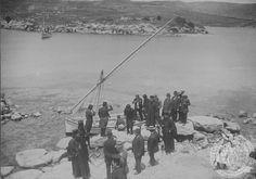 ΧΑΝΙΑ-Ο Στέφανος Δραγούμης διετέλεσε Γενικός Διοικητής Κρήτης από τις 12 Οκτωβρίου 1912 έως τον Ιούνιο του 1913. Στην νησίδα του Αγίου Γεωργίου στη Σούδα έγινε η υποστολή της τελευταίας τουρκικής σημαίας που κυμάτιζε στην Κρήτη και η ανύψωση της ελληνικής την 1/14 Φεβρουαρίου 1913 Crete, History, Painting, Beautiful, Historia, Painting Art, Paintings, Painted Canvas, Drawings