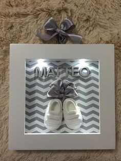 Quadro maternidade com sapatinhos, com luz de led totalmente fechado com acríli. Box Frame Art, Shadow Box Frames, Baby Bedroom, Baby Boy Rooms, Deco Buffet, Baby Frame, Baby Picture Frames, Diy Bebe, Baby Box