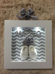 Quadro maternidade com sapatinhos, com luz de led totalmente fechado com acrílico, forrado com tecido chevron cinza! Acompanha o nome!