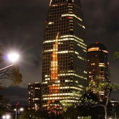 東京タワーを反射するビル