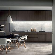 """Il pavimento Arabesque Silver Sablè della collezione SENSI trasmette il senso di accoglienza tipico dei materiali """"autentici"""" e si presta a combinazioni stilistiche sorprendenti. In questa cucina l'abbinamento è con il rivestimento DO UP TOUCH Plissè White Glossy. Tutte collezioni #abkemozioni. #ceramic #tiles #floor #wall #marbleeffect #gresporcellanato #wallandporcelain #3D #design #kitchen #porcelainstoneware #ceramicsofitaly #floortiles #walltiles #designtiles #italiantiles"""