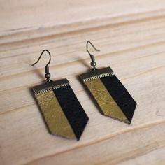 Boucles d'oreilles en métal couleur bronze et cuir noir et or