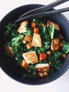 Greenkalesalad with sweet potato, halloumi and chickpeas