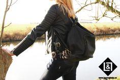 City Rugtas Black: deze zwarte leren rugtas is perfect voor een dagje shoppen in de stad of mee te nemen naar je werk. De city tas is geschikt voor een laptop of notebook. Met de vele binnenvakjes is het handig opbergen. Ook heeft de citybag een voorvak waarin je ook vele accessoires in kwijt kunt. Op de achterkant bevindt zich een extra ritsvak voor kleinere accessoires. Door de handige verstelbare hengsels kun je deze tas zowel over je schouder dragen als op je rug!
