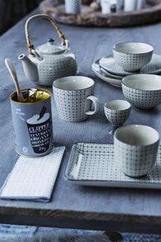 Стильный чайный сервиз в бело-серых тонах