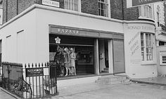Archie McNair helped Mary Quant invent Bazaar, her fashion boutique on King's Road, Chelsea, London. In its basement, he and Alexander Plunket Greene established Alexander's restaurant. Mary Quant, Kensington And Chelsea, Chelsea London, Green Pumps, Sixties Fashion, London Photos, Shop Interior Design, British Style, Archie