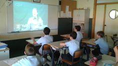Los alumnos de primaria conversan, en la pizarra digital de su aula a través de Skype, con alumnos de colegios extranjeros.