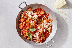 Pasta all'amatriciana (pittige tomatensaus met Pecorino) - recept - Allerhande Pasta All Amatriciana, Pasta Carbonara, Penne Pasta, Pasta Recipes, Vegan Recipes, Fusilli, Pitta, Orzo, Couscous