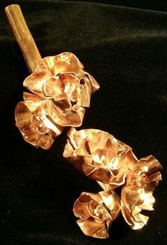nu: Copper flowers brooch // Broche de flores de cobre.