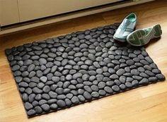 Comment faire un bricolage River R - Diy Decora la Maison Stone Rug, Stone Flooring, Ceramic Flooring, Cool Doormats, Outdoor Doormats, River Stones, River Rocks, Beach Stones, Easy Diy Projects
