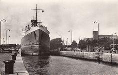 Een schip vaar de Royerssluis binnen, begin jaren 1960, rechts de Hogere Zeevaartschool.