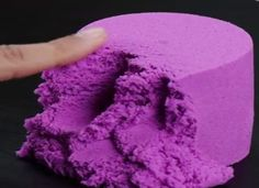 Homemade magic sand with OR without Thermomix - magic sand with or without Thermomix. The production of magic sand for modeling is very easy with or without Thermomix.Paint your keys with nail polish to Foam Slime, Diy Slime, Diy For Kids, Crafts For Kids, Magic Sand, Diy Kit, Kinetic Sand, Floral Foam, Kids And Parenting