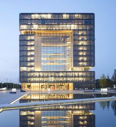 Источник Офисное здание Расположение - где-то в Германии Высота - 54 м Кол-во этажей - 14* Общая площадь - 170,000 м.кв. Архитектор JSWD Architekten + Chaix & Morel et Associés Оцените…