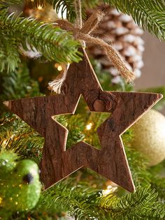 Mix natural elements with metallic ornaments for a rich tree. MyCANVAS