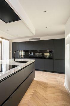 Een ultramatte zwarte keuken met marmer blad op het eiland. Een stijlvolle combinatie. Modern en tijdloos tegelijk door de contrasterende kleurkeuze. #keuken #keukens #keukenontwerp #keukeninspiratie #keukendesign #keukeninspo #keukenopmaat #keukenspecialist #SmartDesign #maatwerkkeuken #woonkeuken #keller #keukenzaak #keukenidee #luxekeuken #smaakvollekeuken #rotterdam #maassluis #denhaag #keukeneiland #kookeiland #keller #kellerkeuken #modernekeuken #zwartekeuken #marmerkeukenblad… Luxury Kitchen Design, Kitchen Room Design, Interior Design Kitchen, Kitchen Dining, Grey Kitchens, Home Kitchens, Happy New Home, New Home Designs, Küchen Design