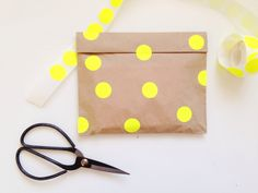 Make a simple gift card even more special with this easy and fun gift wrap | Modern gift wrapping | Christmas | Presents | Gifts | Brown paper bag | The Little Design Corner