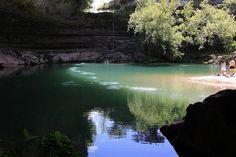 Hamilton Pool au Texas, Etats-Unis. Hamilton Pool Preserve se situe à environ 37 km de la ville d'Austin au Texas. Cette petite plage d'eau claire est venue se nicher dans une ancienne grotte dont le plafond s'est effondré. La végétation s'est installé recréant un véritable petit univers sous terre. Au printemps, le début des cours d'eau environnant s'intenfie et des chutes d'eau viennent alimenter cette piscine sauvage.