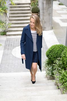Mixing black and navy: long trench, polka dot pencil skirt Fashion For Petite Women, Black Women Fashion, Nyc Fashion, Work Fashion, Daily Fashion, Fashion Ideas, Black And Navy, Street Style, Inspiration