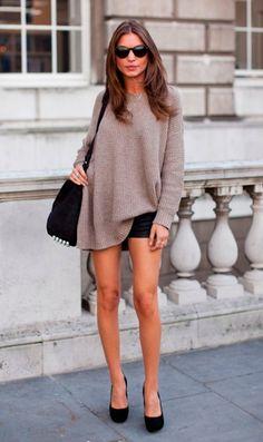 Street style look com suéter marrom, shorts preto e scarpin.